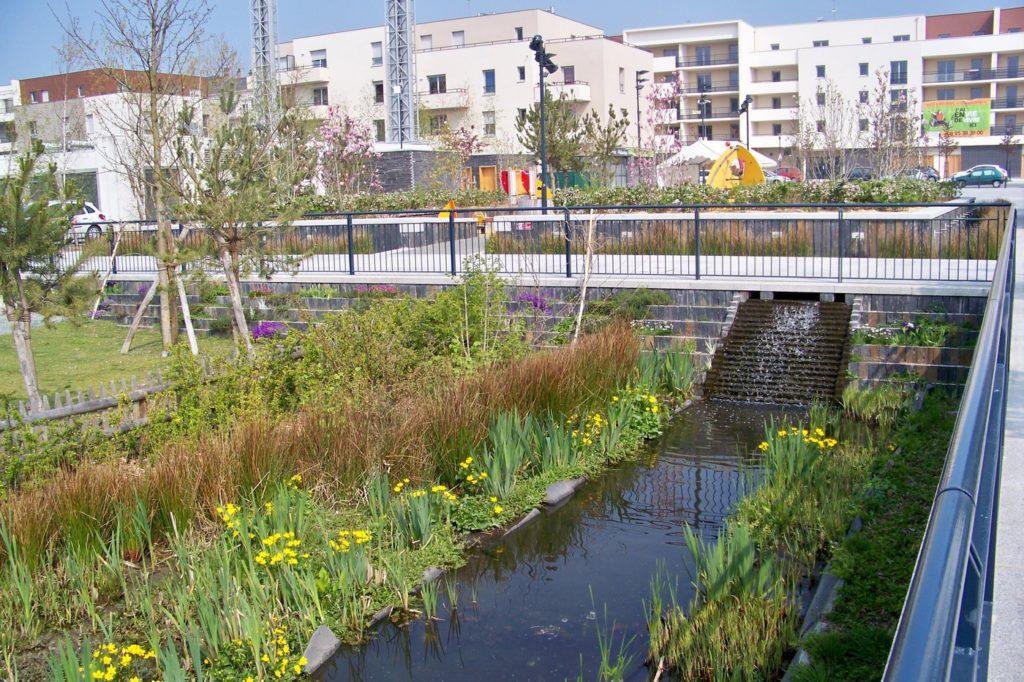 quartier du Grand Bellevue - réaménagement urbain - fontaine et jeux pour enfants - Trélazé