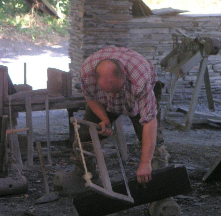 Démonstration de fente d'ardoise au musée de l'ardoise de Trélazé 2