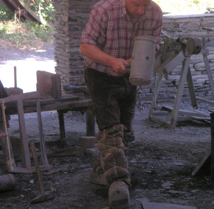 Démonstration de fente d'ardoise au musée de l'ardoise de Trélazé