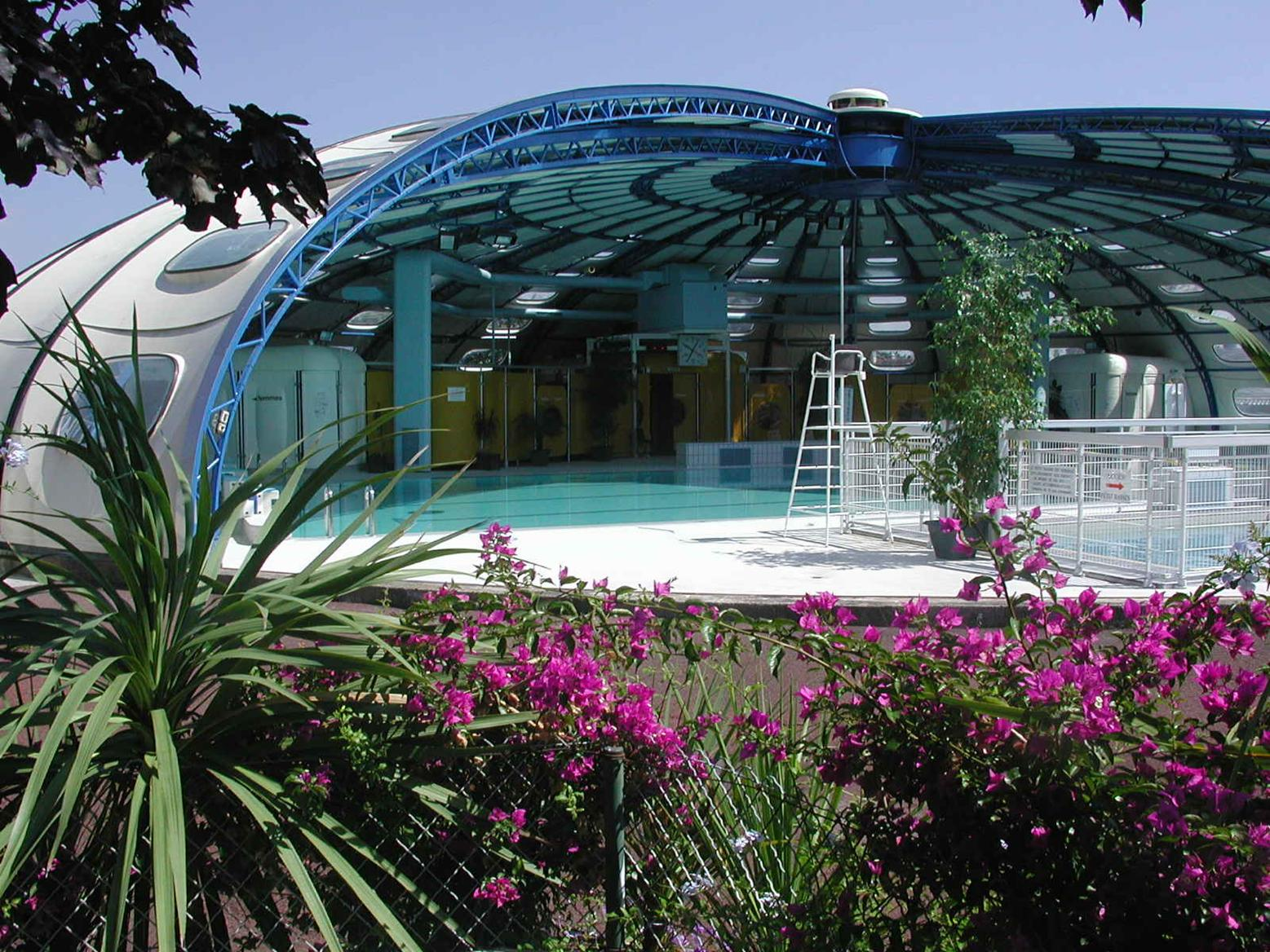 Vue extérieure de la piscine ouverte, parterre en fleurs