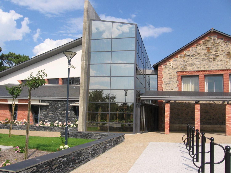 Vue extérieure de la médiathèque, espace culturel Hervé Bazin